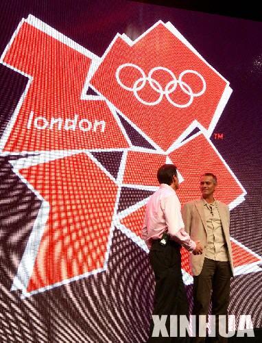 6月4日,英超切尔西队主教练穆里尼奥(右)出席在英国伦敦举行的2012年奥运会和残奥会会徽发布仪式,他身后是2012年奥运会会徽图案。