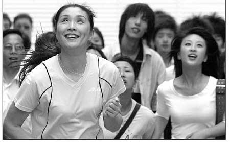 现,领跑人正是前国家排球队主力队员孙玥,她正与白领扮相的演高清图片