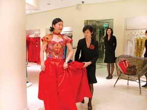 一位女顾客正在试穿改良后的一身中式礼服 摄/记者 沈迪
