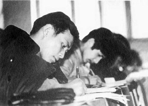 1977年恢复高考,图为当年的北京考场。.