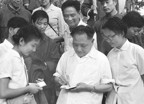 1979年7月,75岁高龄的邓小平登临黄山,为闻讯赶来的杭州大学学生签名留念