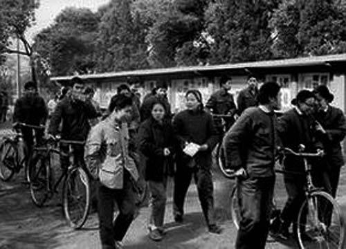 """1977年12月18日,""""文革""""之后第一次高考。长沙一中考点的考生走出考场."""