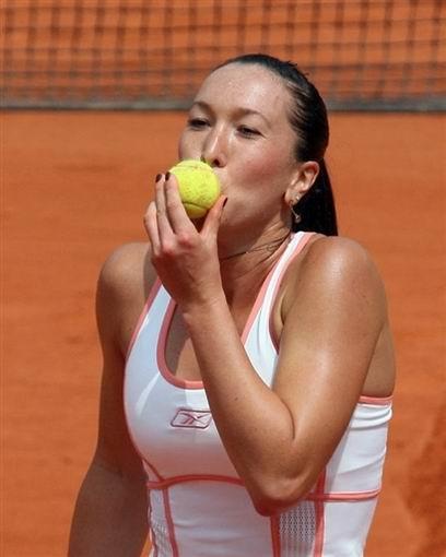 图文:塞尔维亚姐妹花进4强 扬科维奇亲吻网球