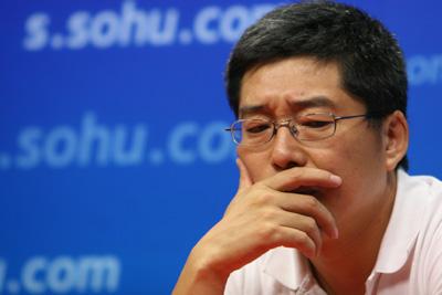 图文:刘建宏陶伟做客搜狐  刘建宏陷入沉思