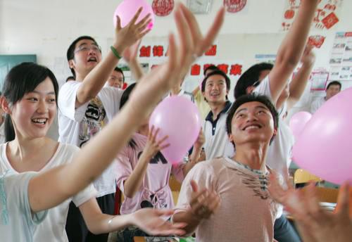 准备参加高考的学生吹气球减压
