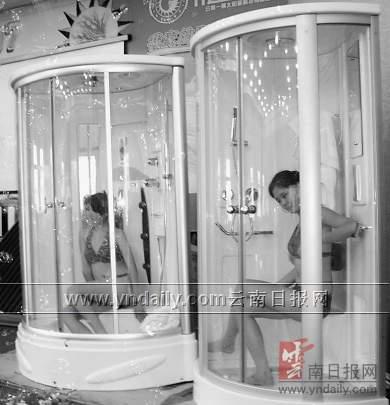 """现场 洗澡/模特现场泳装""""洗澡""""图片来源:春城晚报"""