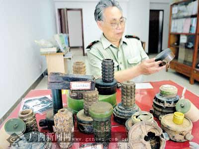 """号称""""中国收藏战争标本第一人""""的李全岳自豪地展示他的宝贝藏品。记者潘晓明摄"""