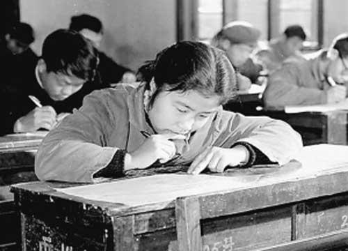 1977年12月18日,长沙市电动工具厂考生周亚娅在参加高考。唐大柏摄