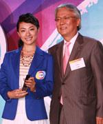 三星电子大中华区总裁朴根熙与三星奥运大使刘璇合影