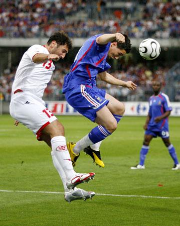 图文:[欧预赛]法国1-0格鲁吉亚 纳斯里头球