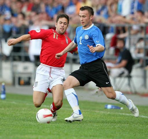 图文:英格兰3-0爱沙尼亚 科尔积极拼抢