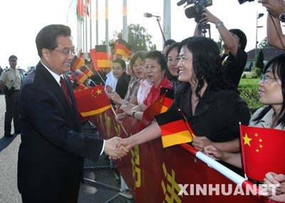 胡锦涛出席即将在这里举行的发展中国家领导人集体会晤和在海利根达姆举行的八国集团同发展中国家领导人对话会议。