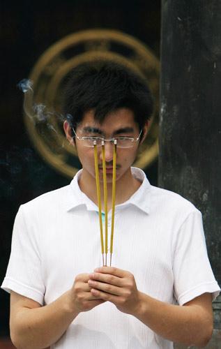高考前,南京一名考生在寺庙烧香祈福。