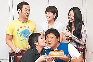 胡瓜(前右)与女儿小祯(前左)、女婿(后排左起)及好友高怡平等,一起庆生