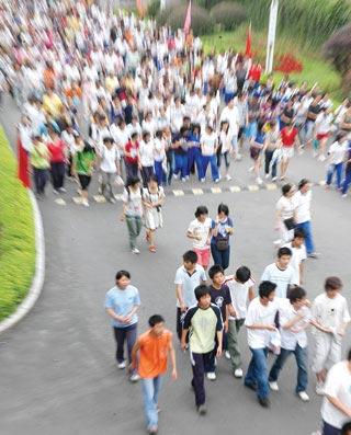 6月6日,长沙雅礼中学,数千名考生涌入校园看考点 记者 陈小琼 摄