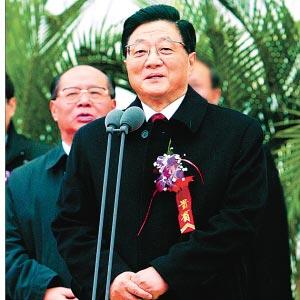 2005年12月10日,黄菊同志来沪出席上海国际航运中心洋山深水港开港仪式并宣布开港。 本报记者 郭天中 摄