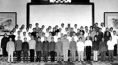 1977年教育工作座谈会后的合影,邓小平右侧为刘西尧,左侧为方毅,第三排左起第八人为查全性。