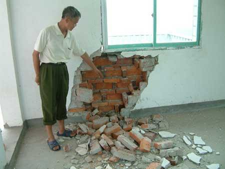 民房的墙体被炸出一个大洞