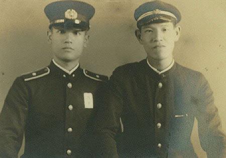 李登辉(右)的哥哥李登钦(左),1945年战死于菲律宾