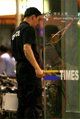 20:30分,特警队员携带狙击