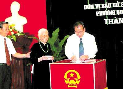 5月20日,越共总书记农德孟投票选举国会代表 资料图片
