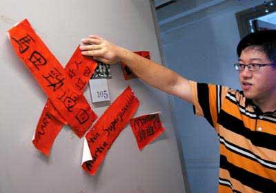 """这是香港大学的内地学生陈劼宁,""""劲过""""大致是""""考出好成绩""""的意思,学生们相互祝福用。 黄宏杰/图"""