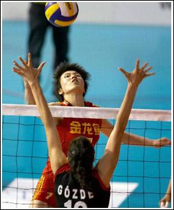 中国队周苏红(上)在比赛中扣球。 新华社记者徐金泉摄