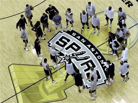 图文:[NBA]骑士VS马刺备战 总冠军杯印在地上