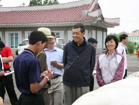 刘晓明大使与郑明哲委员长亲切交谈