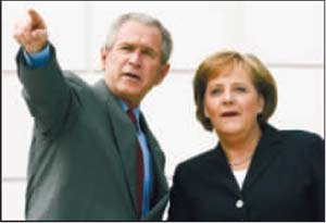 中国问题成为与会的八国领导人关注的焦点。图为抵达会场的布什和默克尔在讨论。路透社