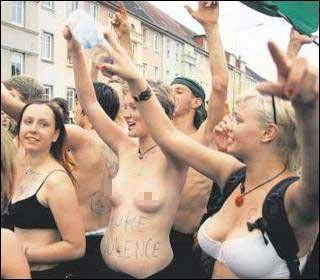 身着内衣的女示威者