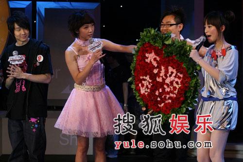 林俊杰献花给金莎