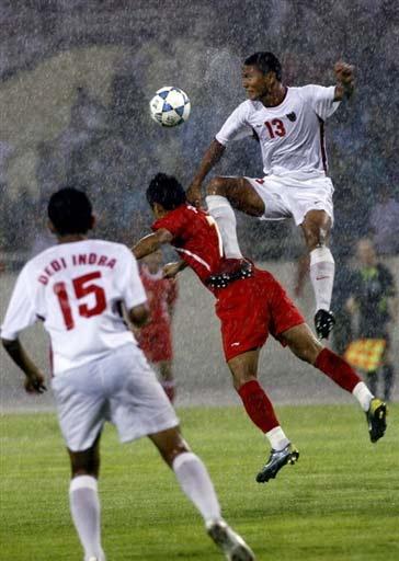 图文:越南2-1印度尼西亚 印尼队员头球攻门
