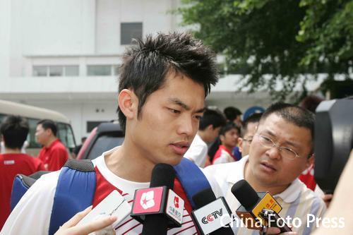 图文:羽毛球队出征苏迪曼杯 林丹接受采访