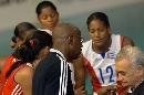 图文:古巴女排取开门红 教练赛间指导古巴女排