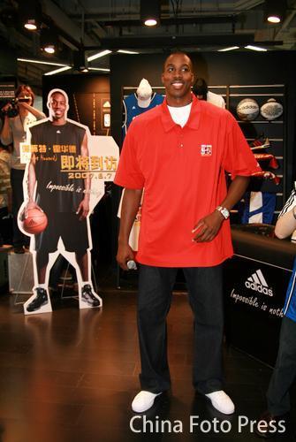 NBA球星霍华德参加代言活动 和海报合照图片