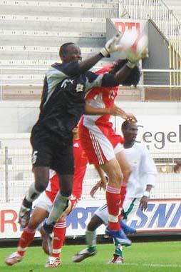 图文:[土伦杯]国奥VS科特迪瓦 朱挺飞身争顶