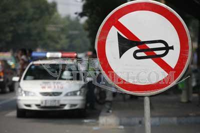 110警车在考点附近巡逻 摄/本报记者任全军