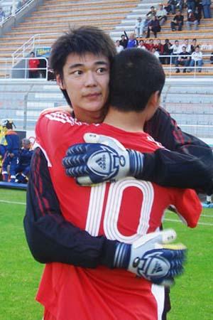 图文:[土伦杯]国奥5-3科特迪瓦 陈涛拥抱曾诚