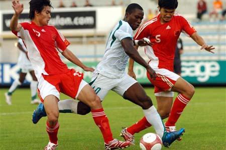 图文:[土伦杯]国奥5-3科特迪瓦 双人夹击