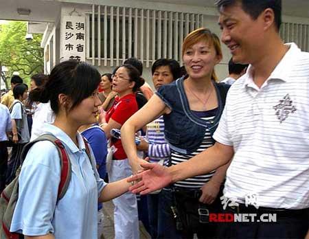 父母迎来刚走出考场的女儿