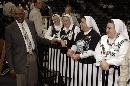 图文:[NBA]马刺vs骑士 来看比赛的修女