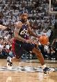 图文:[NBA]马刺vs骑士 小皇帝带球突破