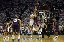图文:[NBA]马刺vs骑士 开场跳球