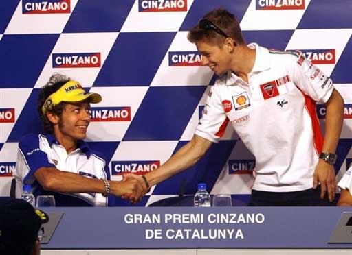 图文:罗西备战MotoGP 澳洲斯通纳与罗西握手