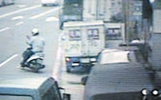 警方侦办吴善九抢击案,从监视器找到凶手骑摩托车逃逸的画面。