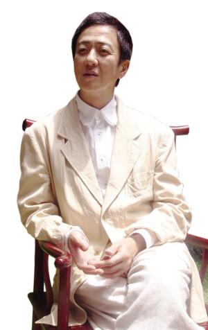 张继青老师在指导坂东玉三郎表演昆曲。