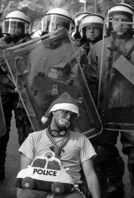 小丑示威者虽然让警方恼火,却也有些无可奈何