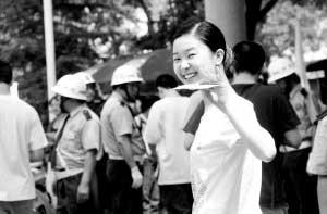 昨日上午,在省实验中学考点,一名考生进场时轻松地回头与老师家长招手致意。晚报记者 周甬 图