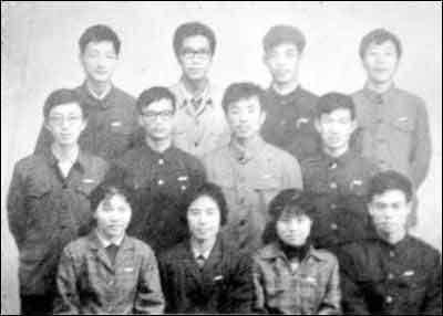 杭州大学中文系77级第6组合影,第二排左一为岳耀勇